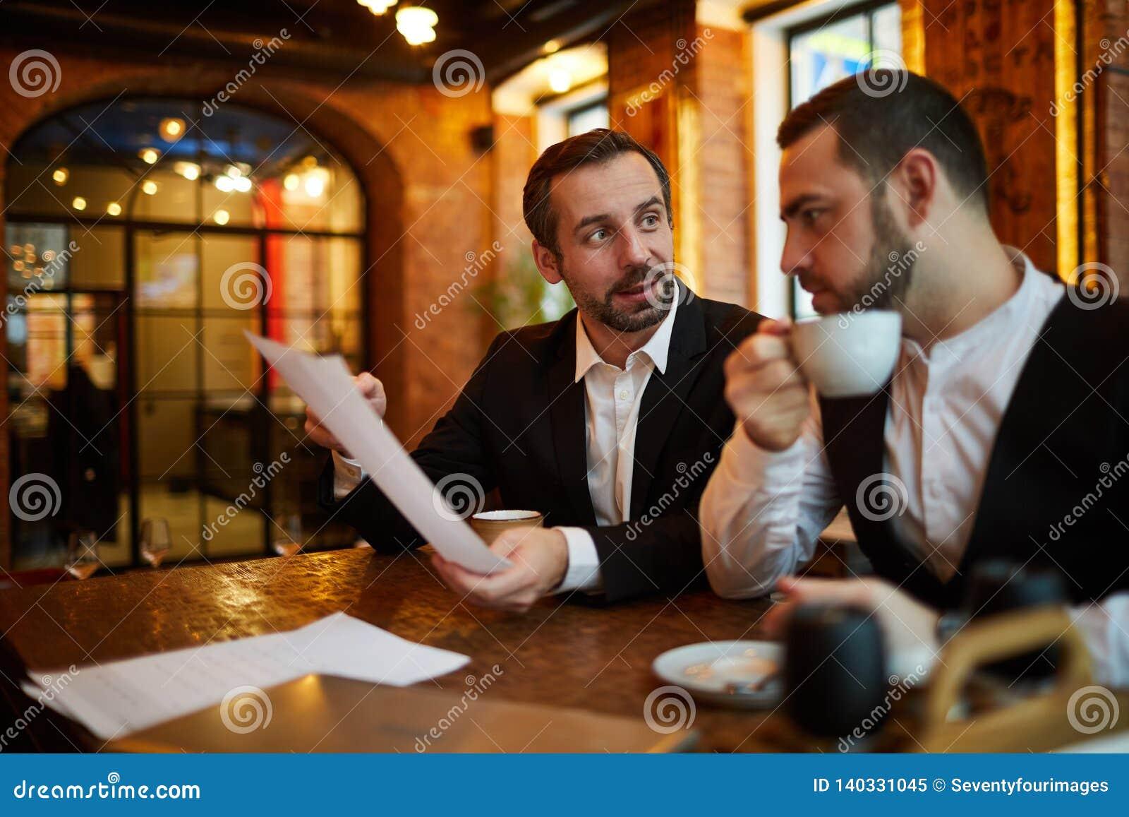 Ejecutivos que se encuentran en restaurante