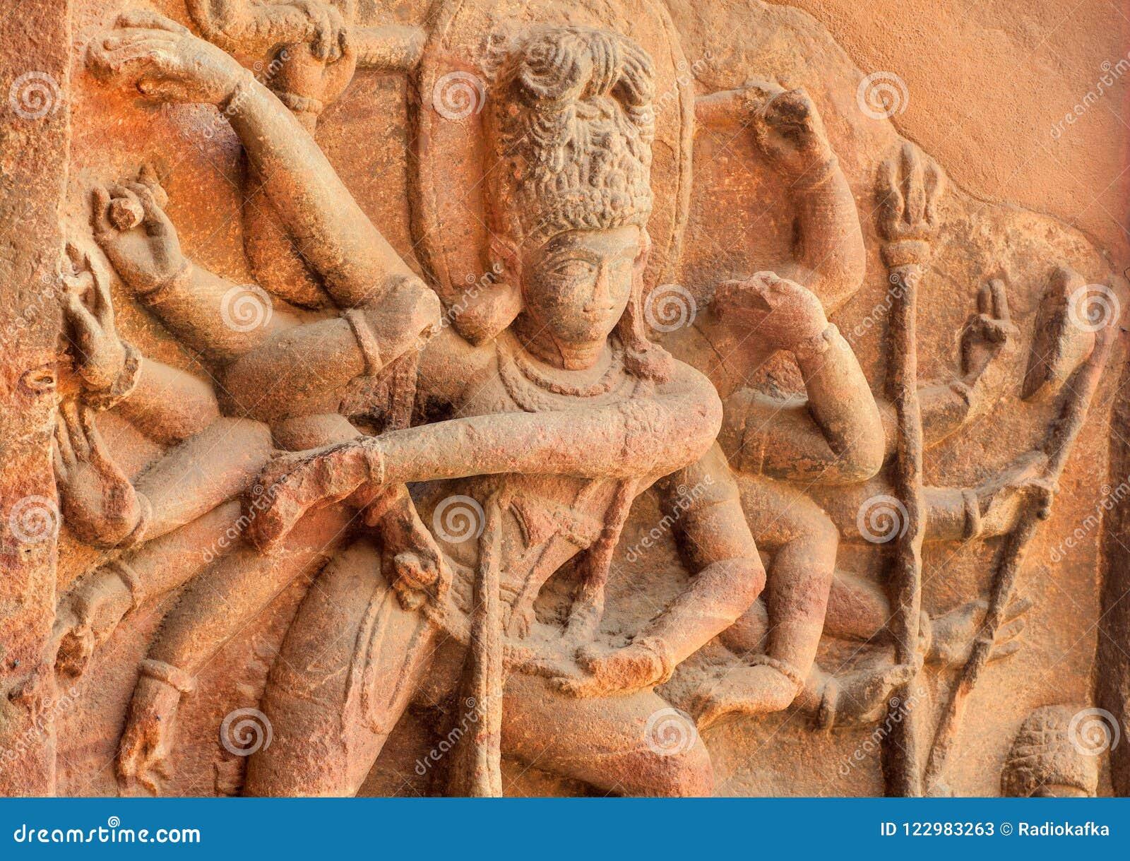 Ejemplo de ilustraciones indias a partir del siglo VI, alivio de baile de Shiva dentro del templo hindú antiguo, la India