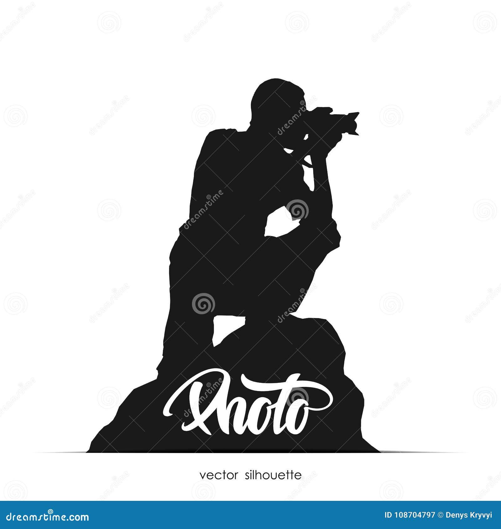 Ejemplo del vector: Silueta del fotógrafo que se sienta en la piedra aislada en el fondo blanco