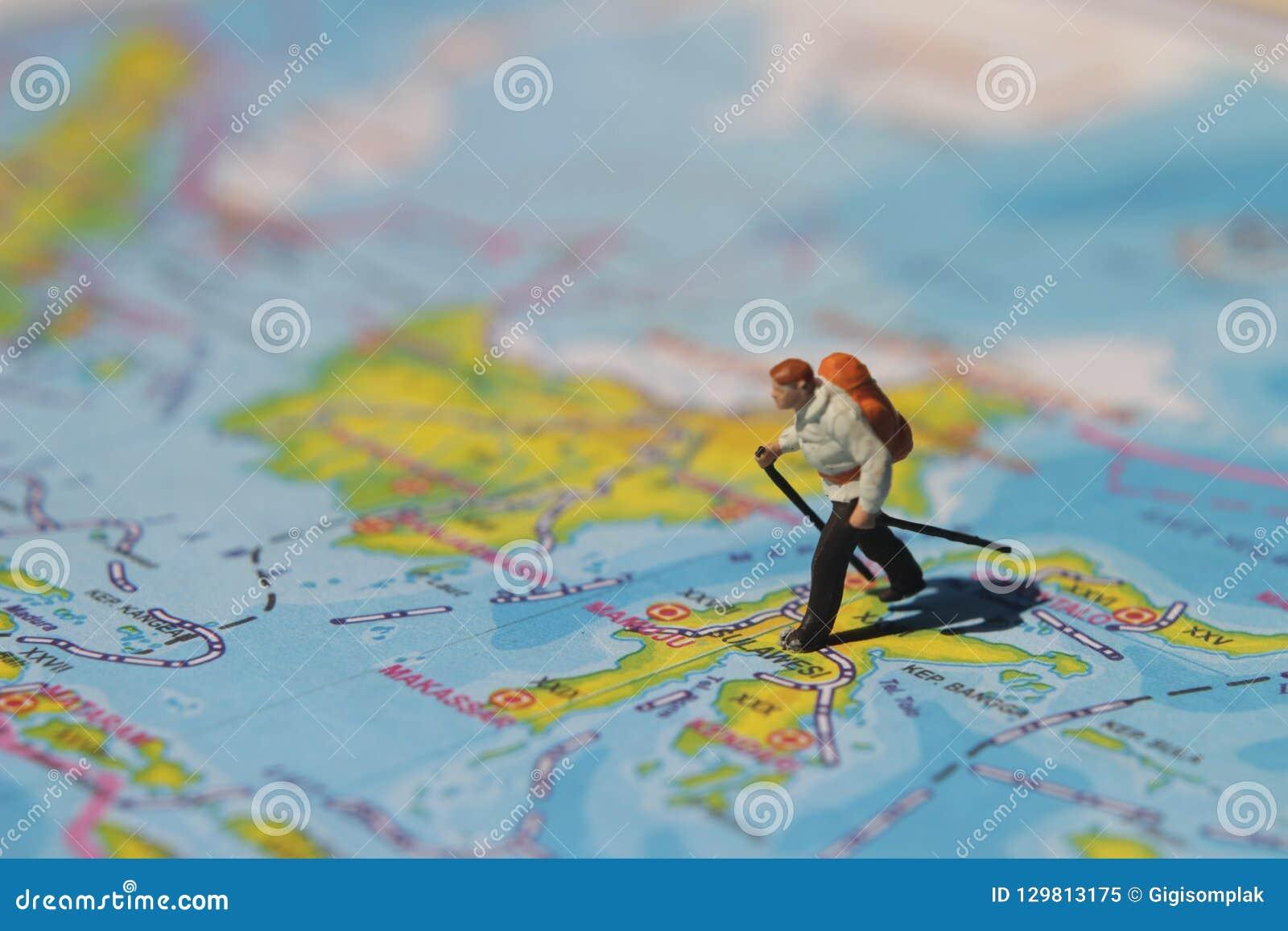 Ejemplo para el día de fiesta de la aventura, Mini Figure Hiker que camina en el atlas