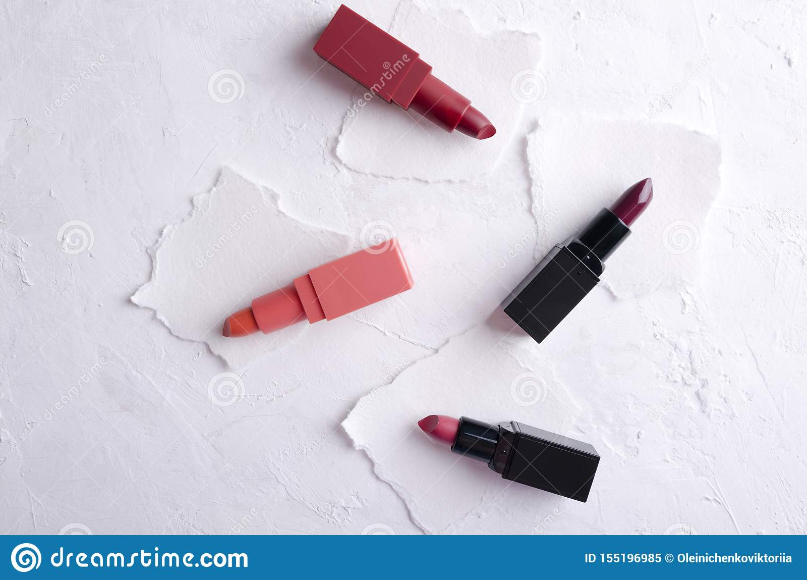 Ejemplos de diversos colores de barras de labios en el papel