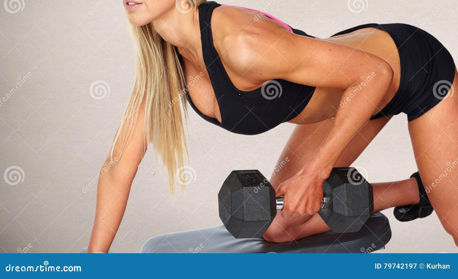 Ejercicio de la pesa de gimnasia de la mujer