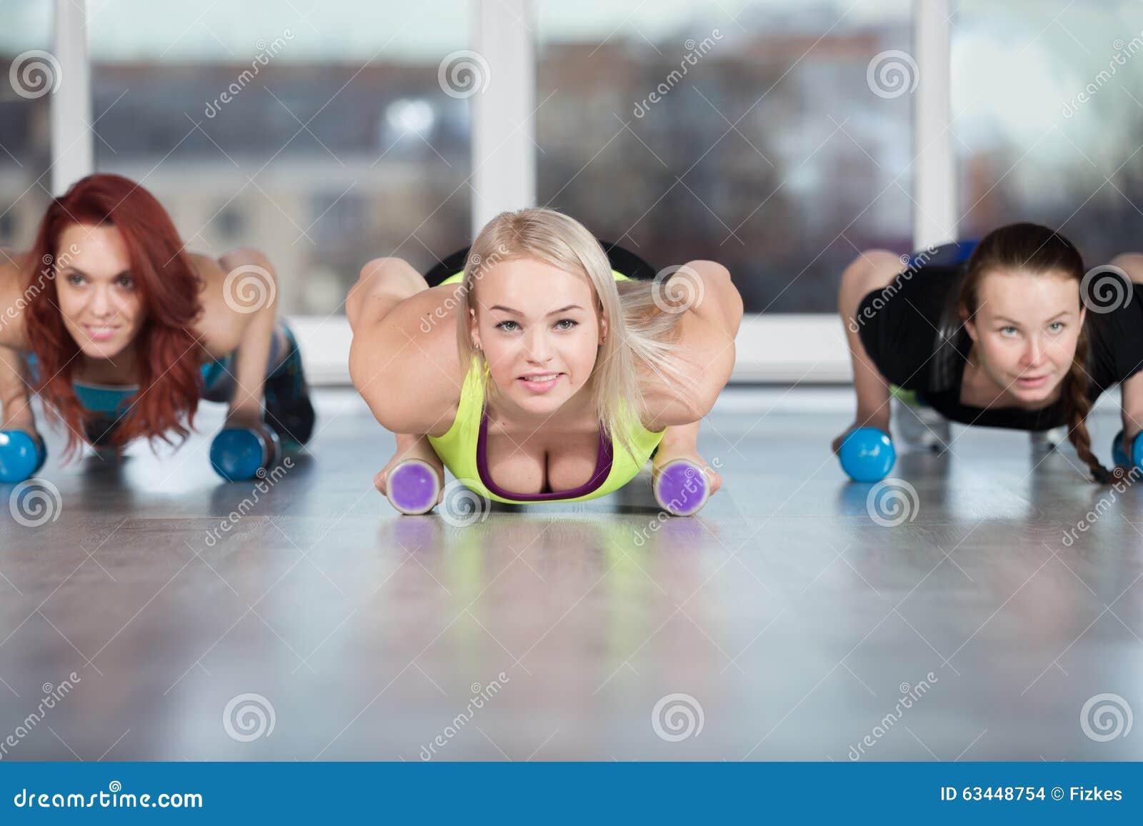 Ejercicio de la prensa-para arriba con pesas de gimnasia