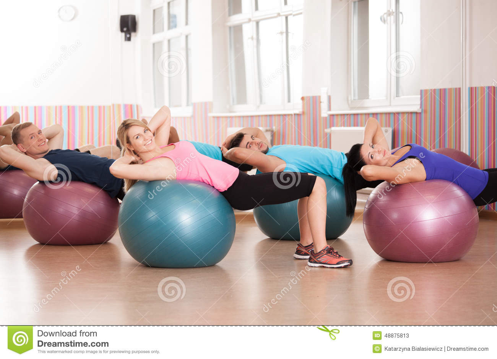 Ejercicio de Pilates con las bolas de la aptitud