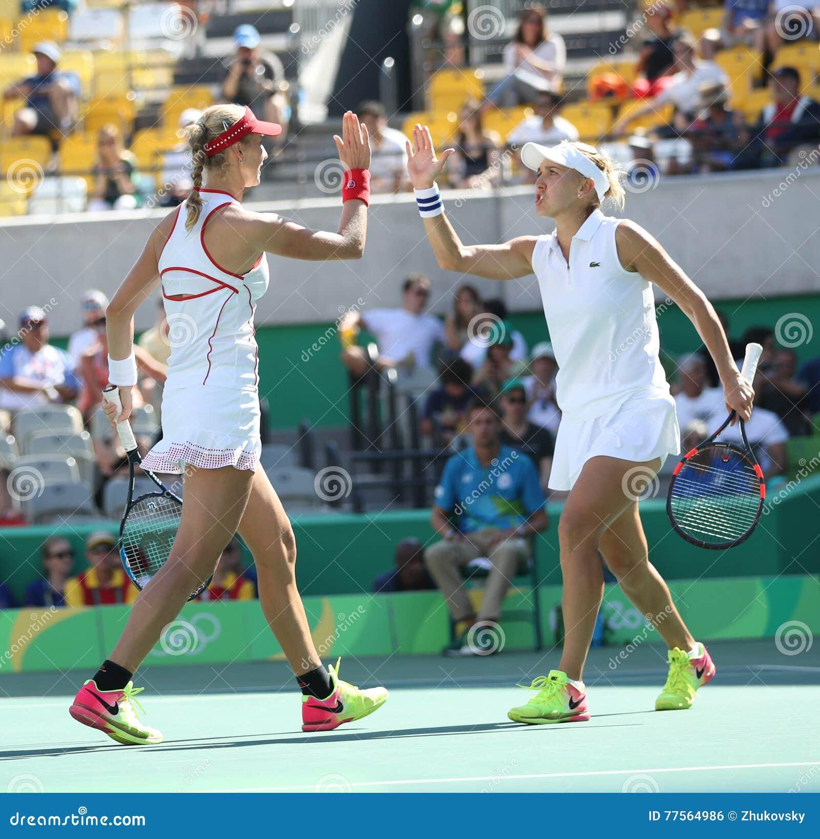 Ekaterina Makarova (l) y Elena Vesnina de Rusia en la acción durante el final de los dobles de las mujeres de la Río 2016