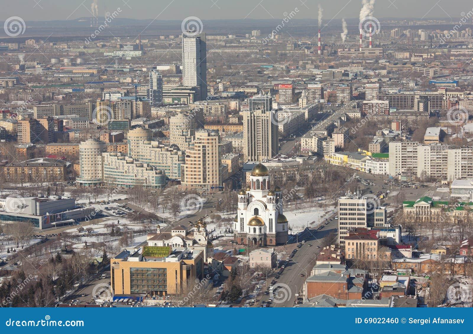 EKATERINBURG, RUSIA - 15 DE MARZO DE 2016: Foto del paisaje de la ciudad con el salvador en la sangre Spilled