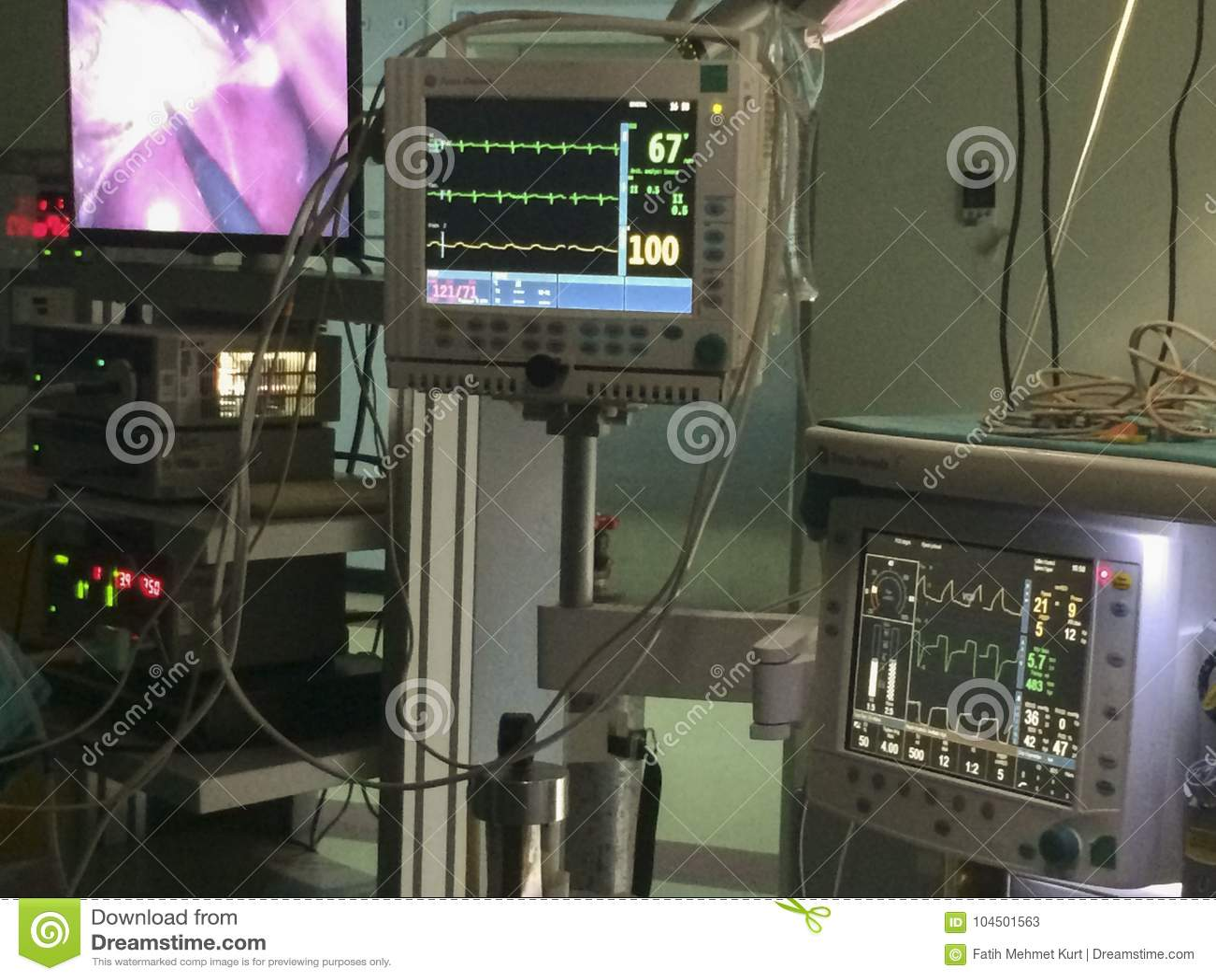 Ekg-Monitor und Anästhesiemaschine am Operationsraum