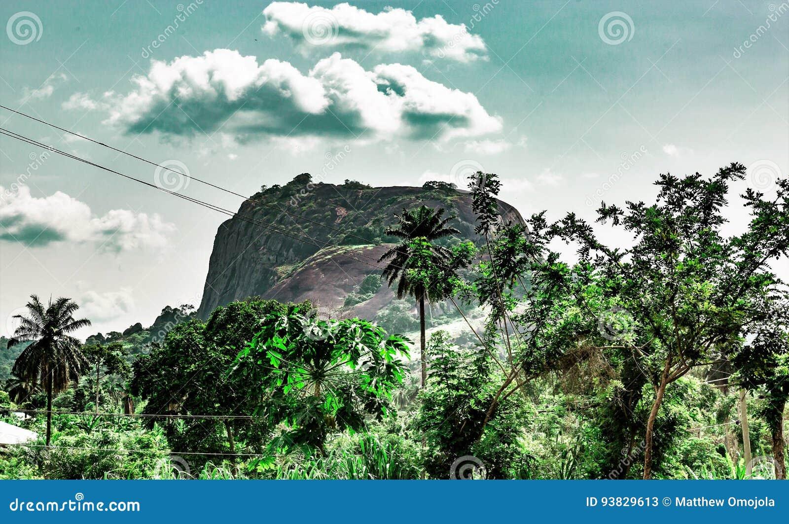 Ekiti-Hügel entlang Iyin-Straße im Aufheben Ekiti Nigeria