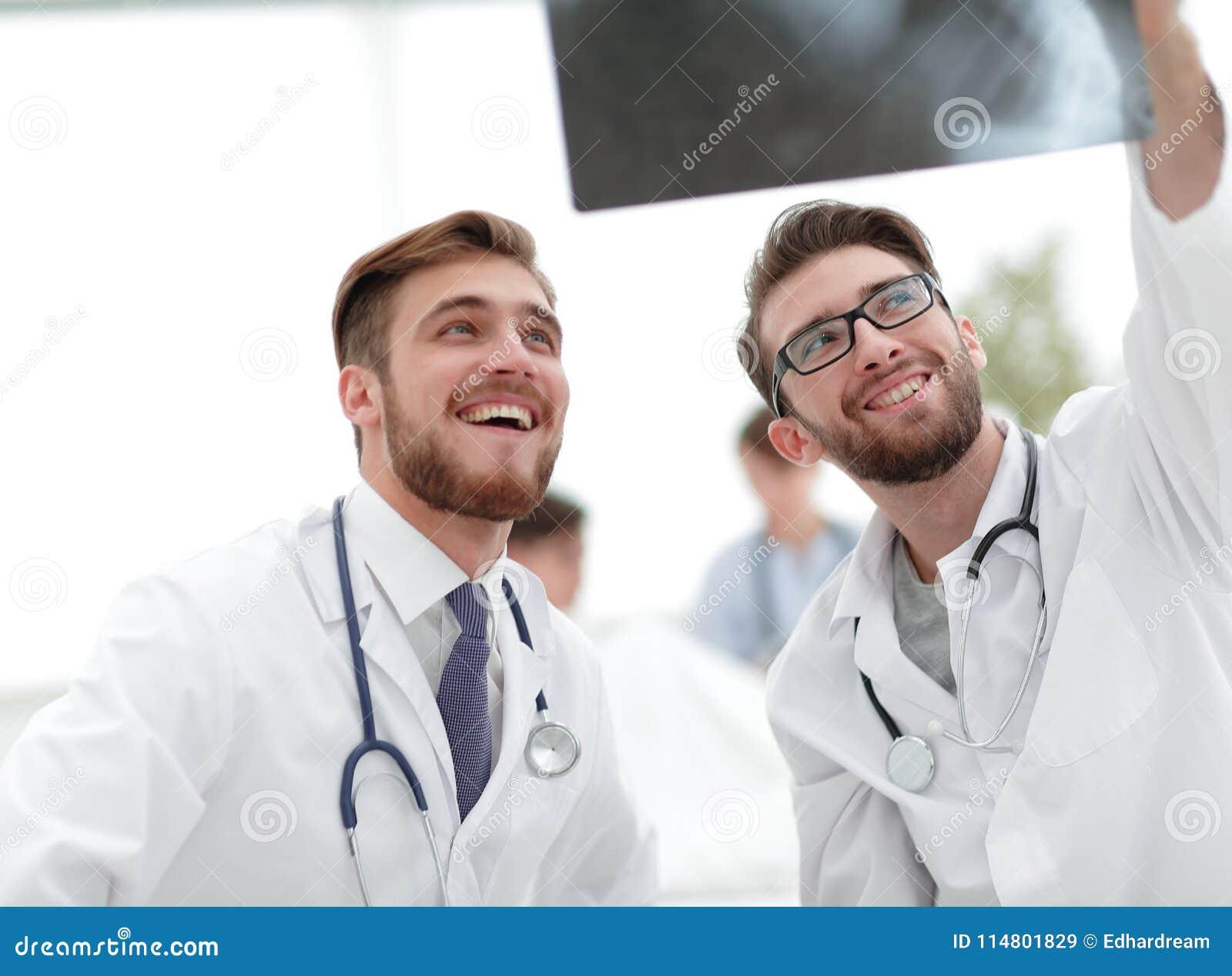 Eksperci są przyglądający promieniowanie rentgenowskie
