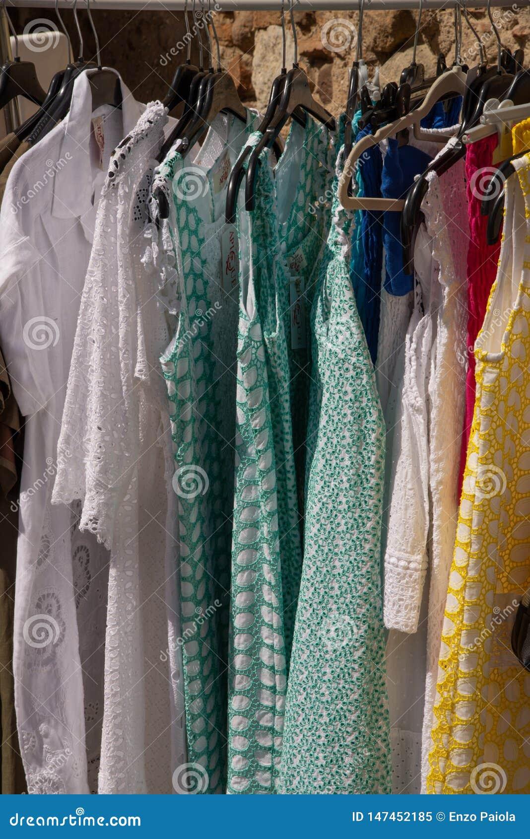 Eksponenty na targowym ?wietle sprzedawania sleeveless barwionym lecie i odziewaj?