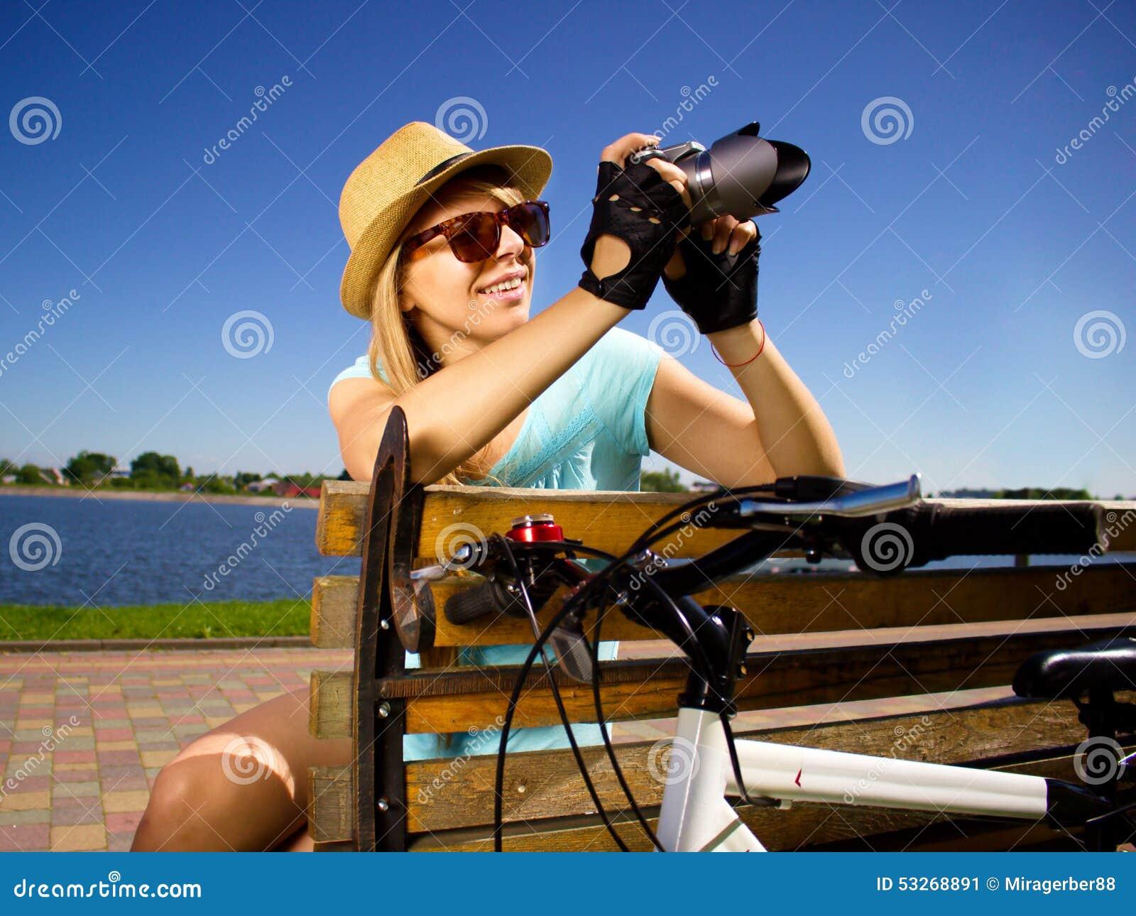 Ekspresyjny portret szczęśliwa młodej dziewczyny mienia kamera