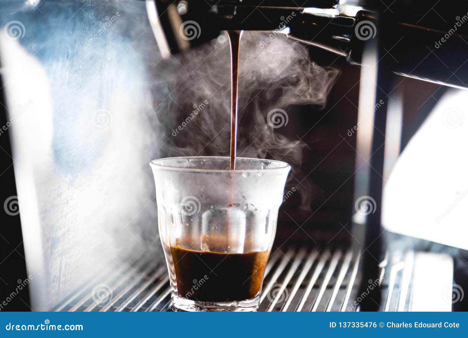 Ekstrakcja kawa espresso z jaskrawym światłem
