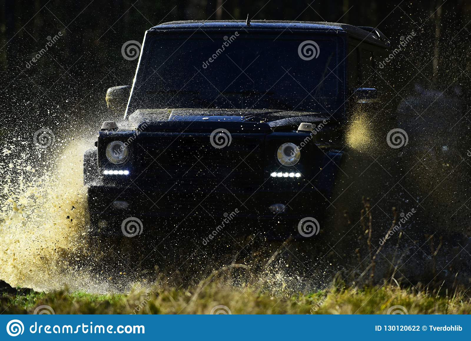 Ekstremum, wyzwanie i 4x4 pojazdu pojęcie, SUV lub offroad samochód na ścieżce zakrywającej z trawy kałuży z wodą skrzyżowaniem