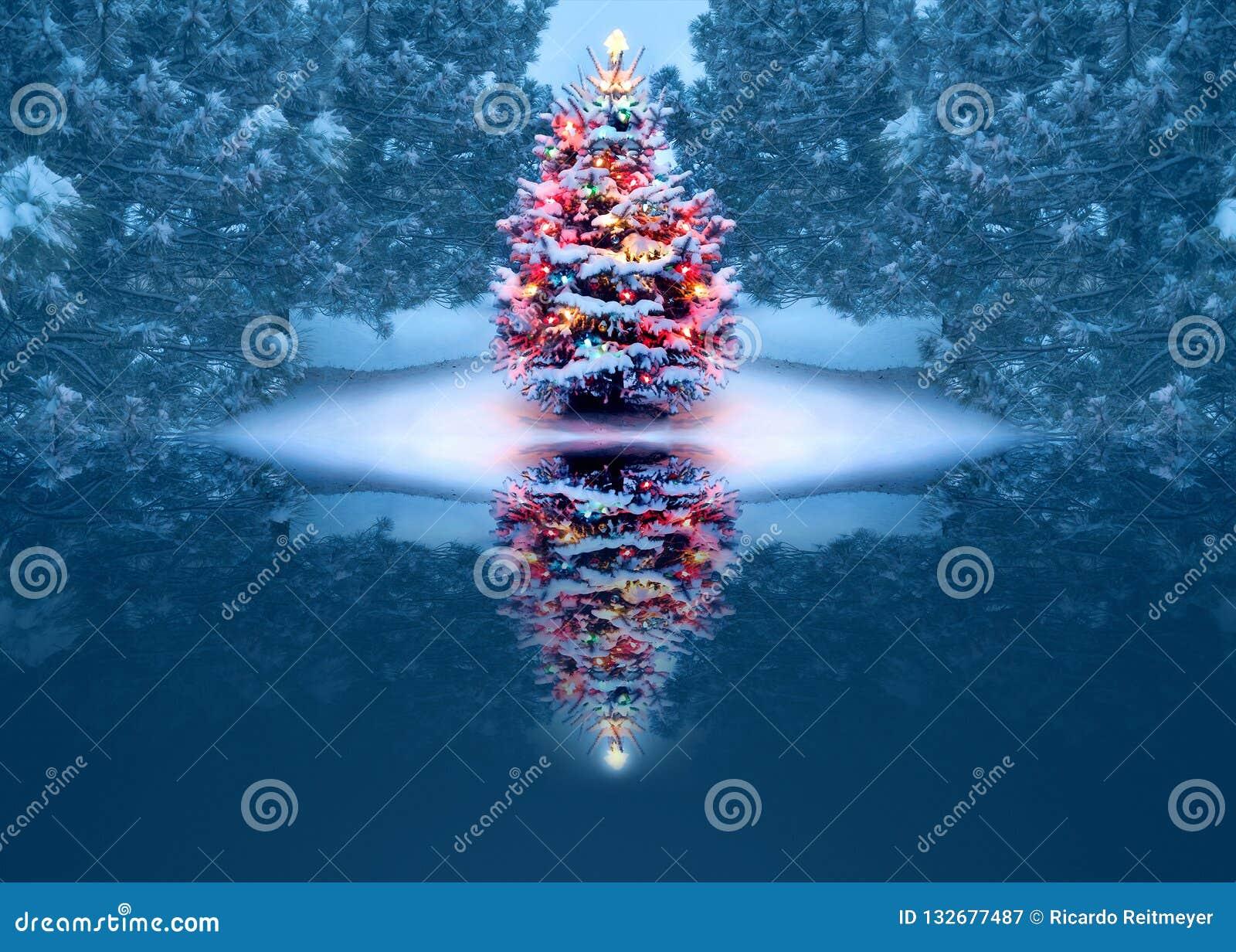 El árbol de navidad maravillosamente adornado refleja mágico en el lago congelado