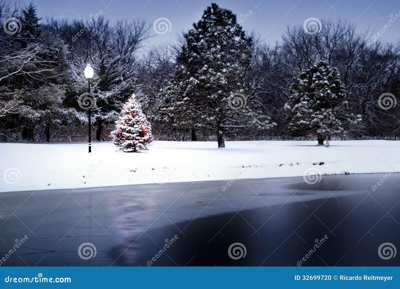 El árbol de navidad nevado brilla intensamente mágico en esta escena del invierno
