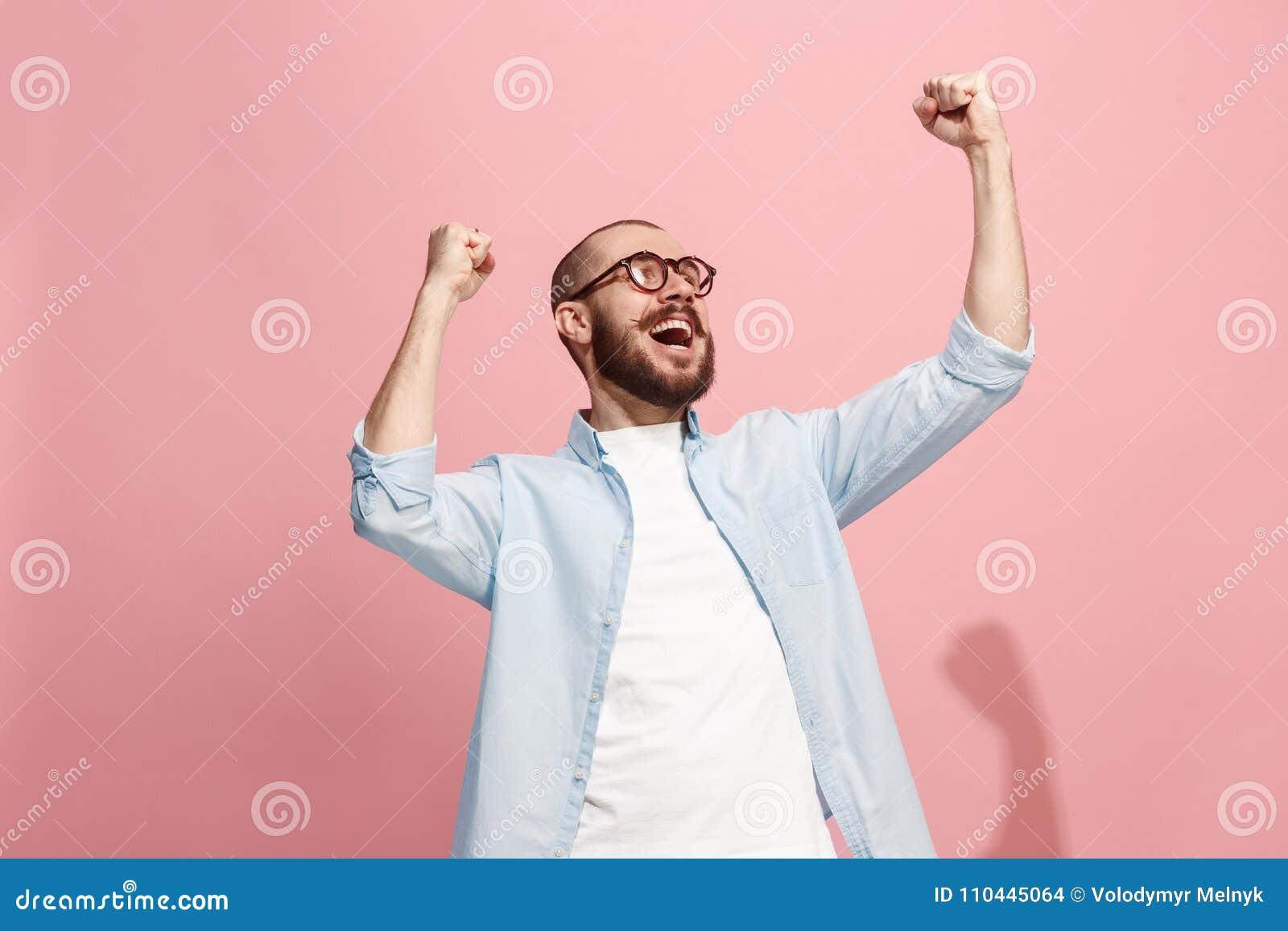 El éxito que gana sirve la celebración extática feliz siendo un ganador Imagen enérgica dinámica del modelo masculino