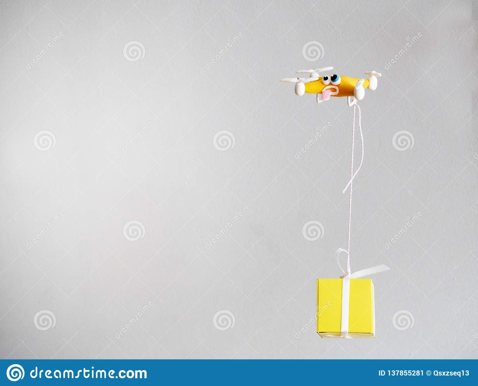 El abejón cerca para arriba del quadrocopter con el paquete cansado