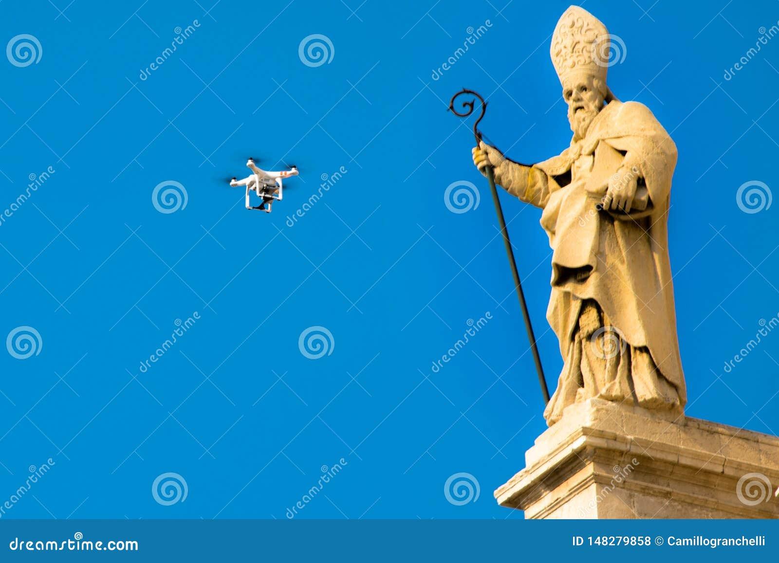 El abejón vuela delante de una estatua de una iglesia barroca en Sicilia Italia
