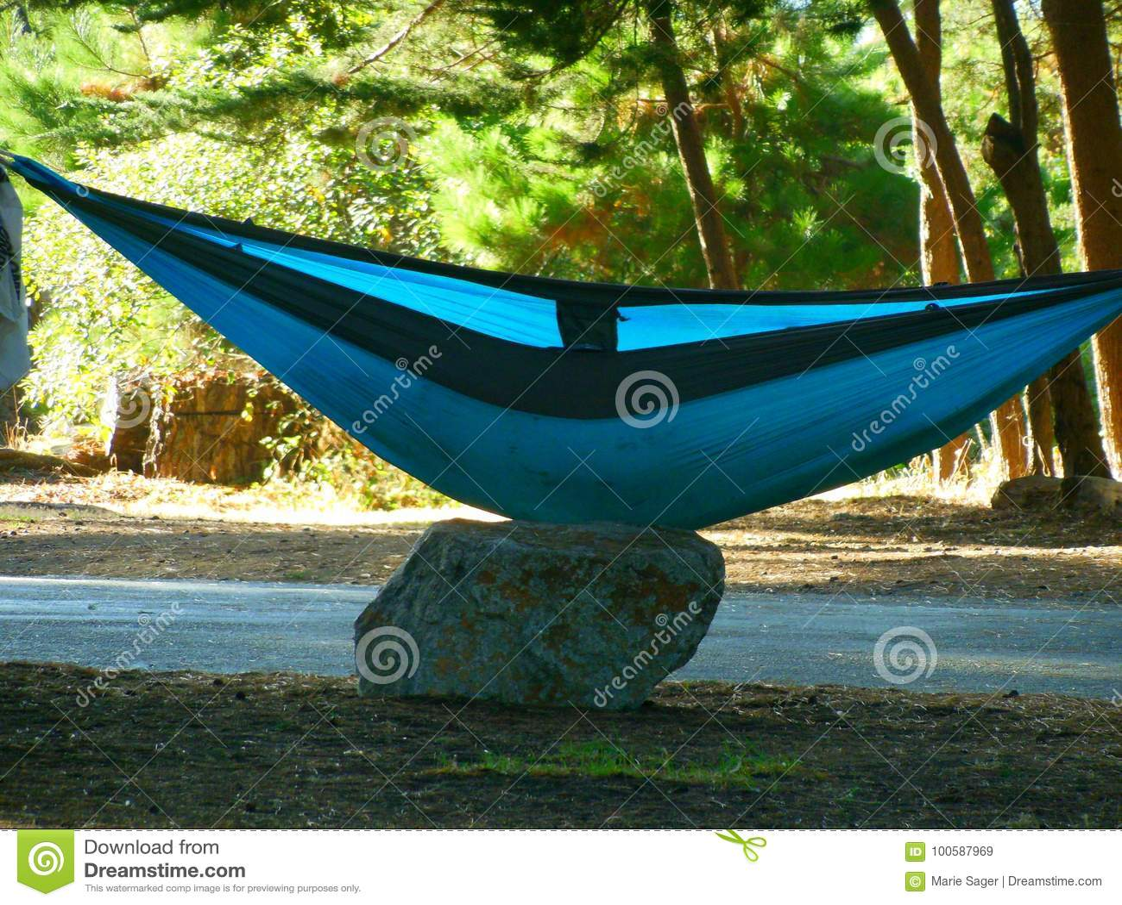 0b91304b5 El Acampar En Hamacas En La Costa Costa De Big Sur Imagen de archivo ...