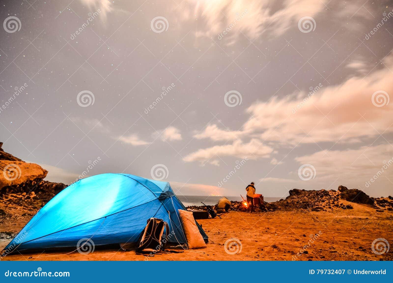 El acampar en la noche