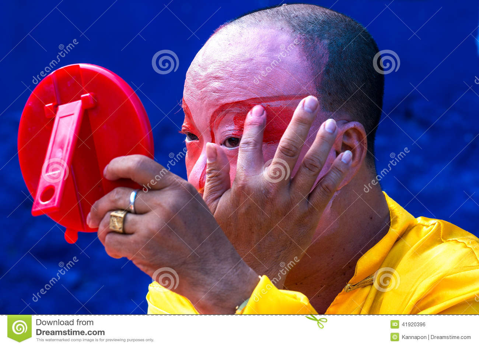 El actor de la ópera de Hinese está pintando la máscara en su cara en el arte de la calle