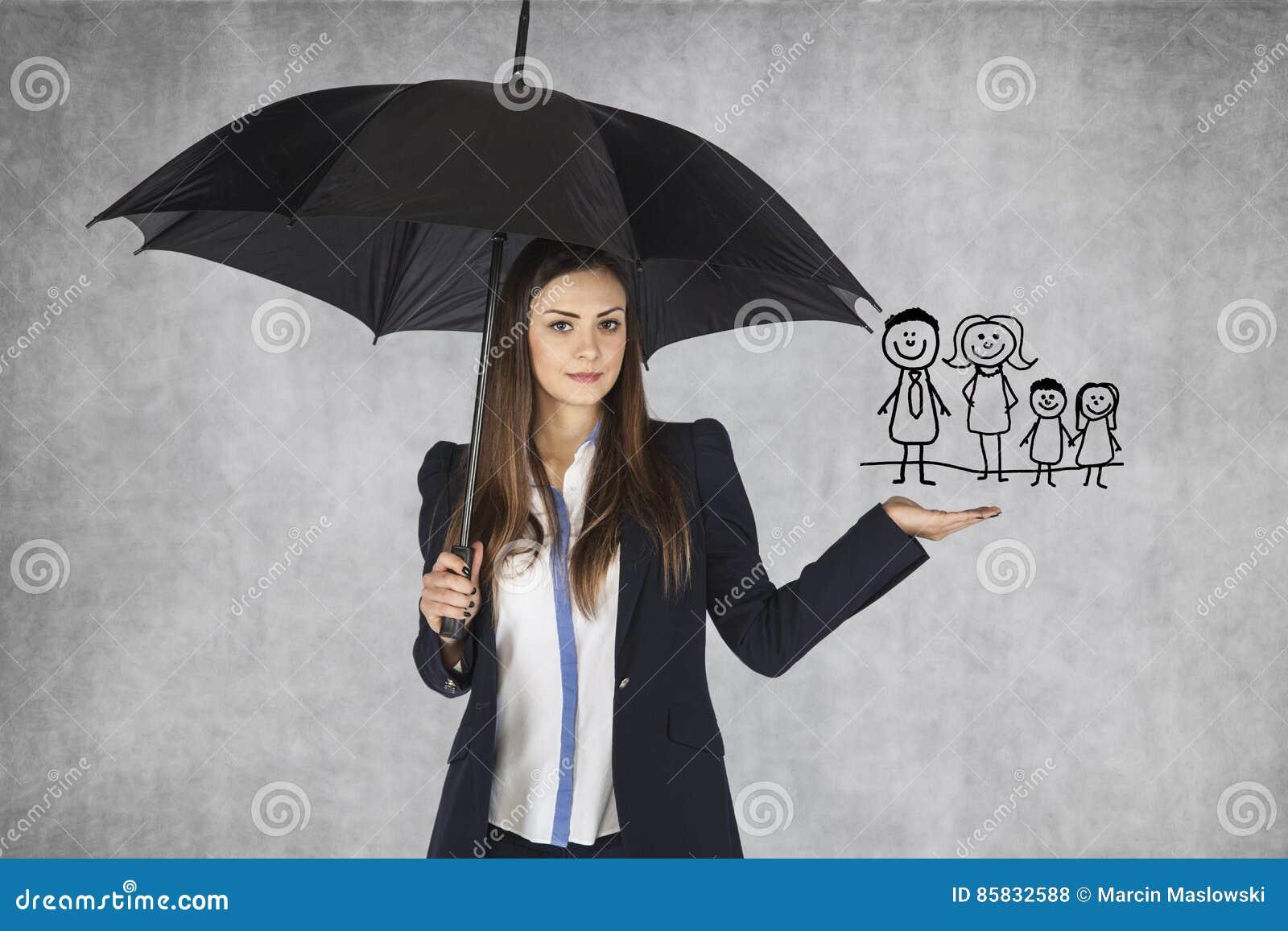 El agente de seguro presenta el seguro de la familia de la oferta