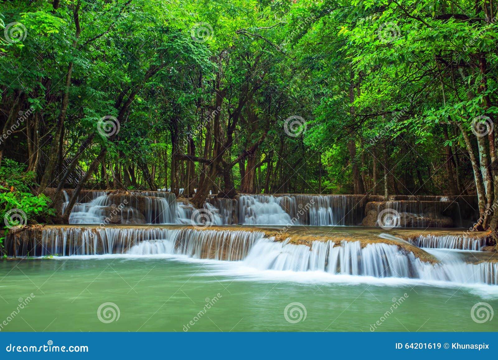 El agua del kamin de los mae de Huay cae la provincia w del kanchanaburi del parque nacional