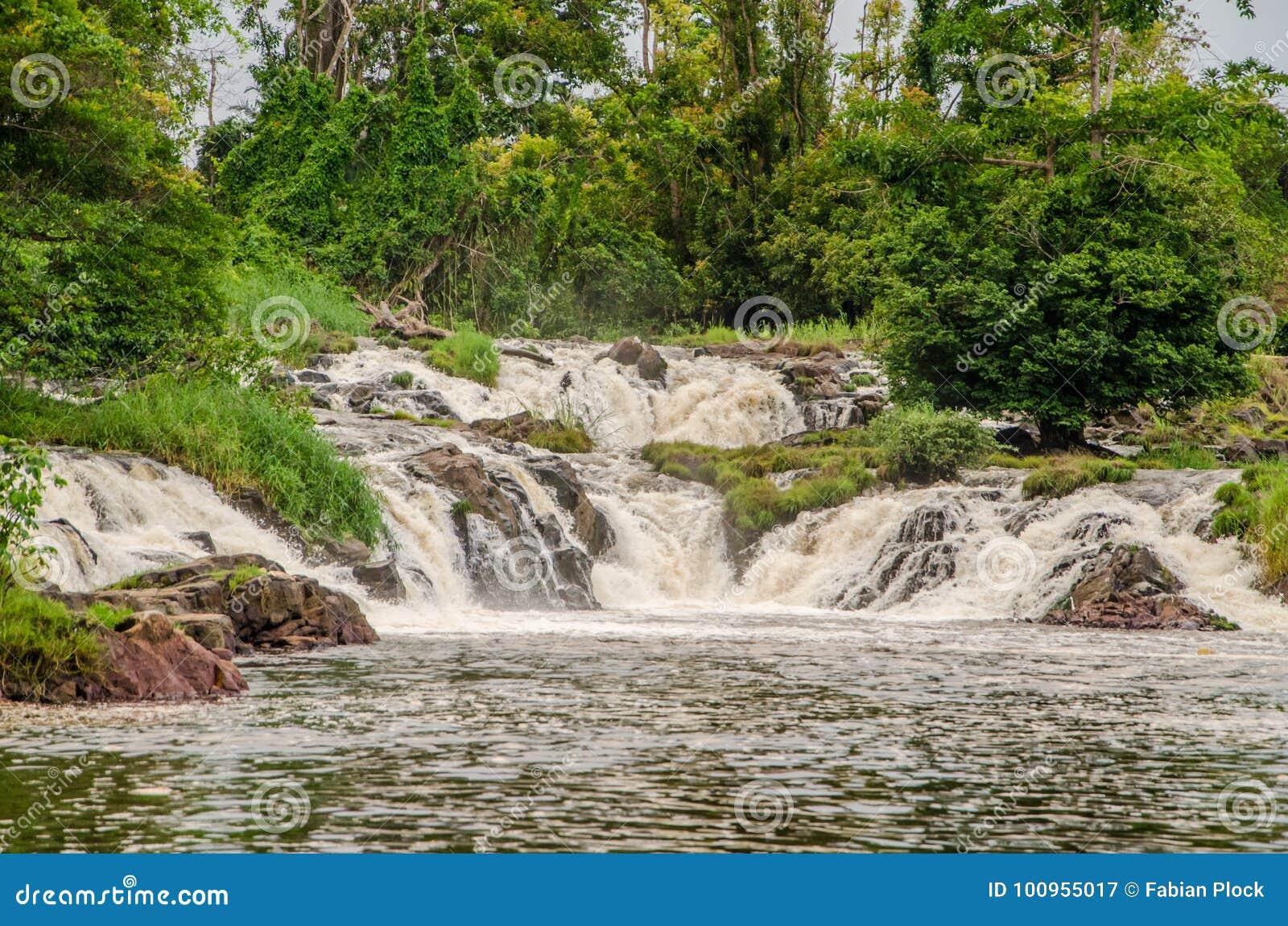 El agua famosa de Kribi cae en el Camerún, África central, una de las pocas cascadas en el mundo para caer en el mar