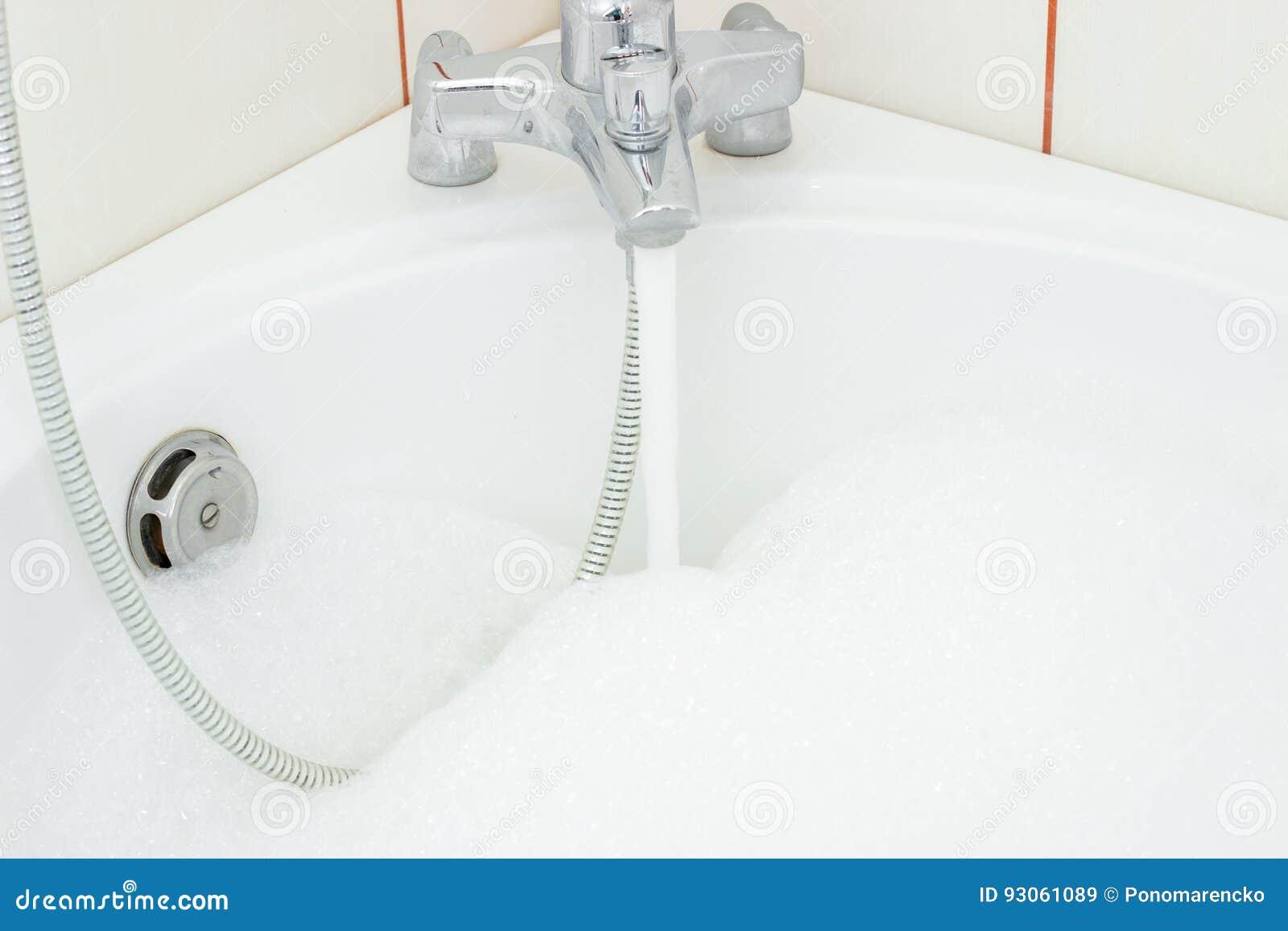 El Agua Que Fluye Del Golpecito En El Cuarto De Baño Con Hacer ...