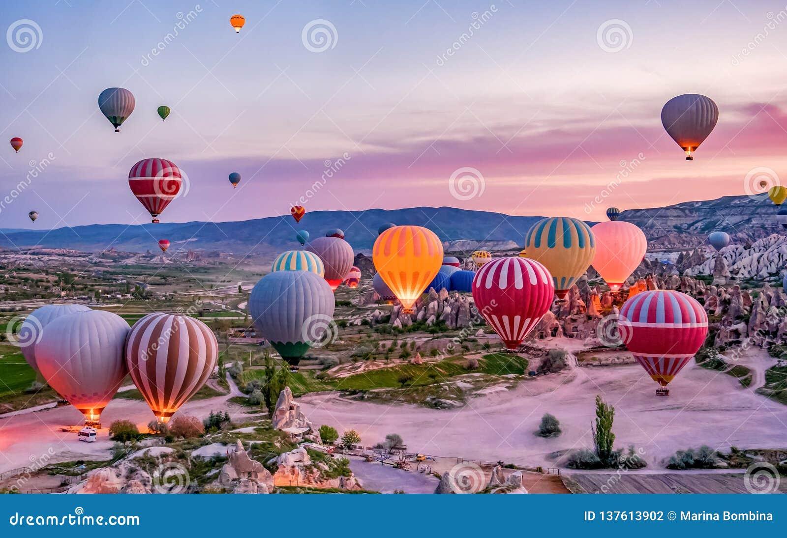 El aire caliente colorido hincha antes de lanzamiento en el parque nacional de Goreme, Cappadocia, Turquía