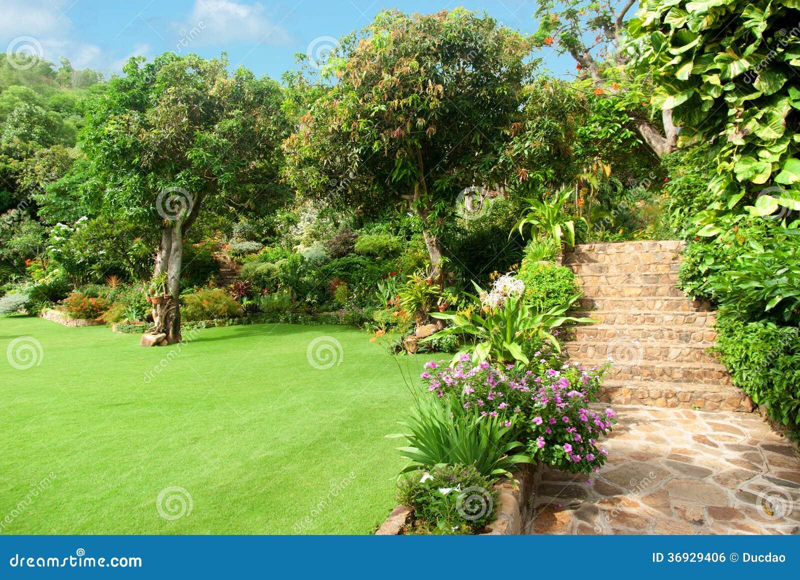 El ajardinar de piedra natural en jard n con las escaleras for Jardines en piedra natural