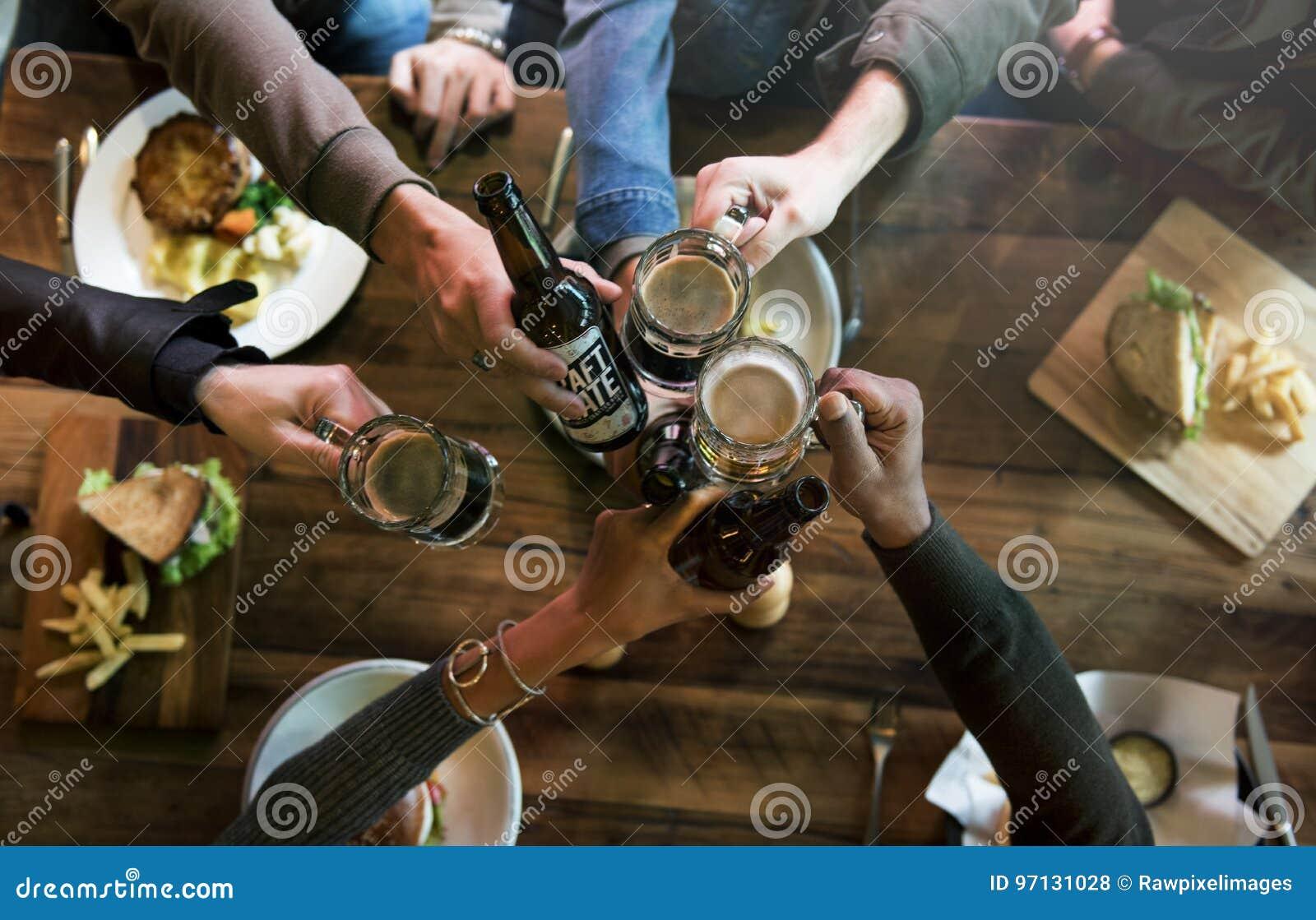 El alcohol del brebaje de los licores de la cerveza del arte celebra el refresco