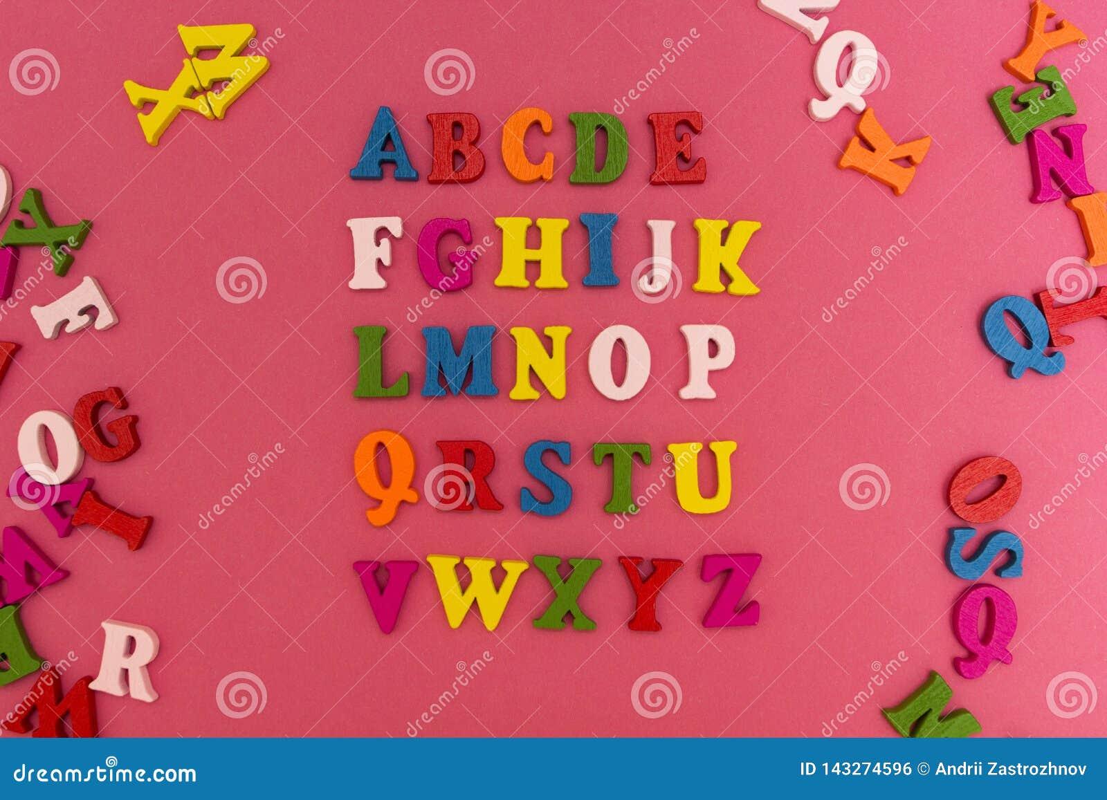 El alfabeto de los niños en un fondo rosado