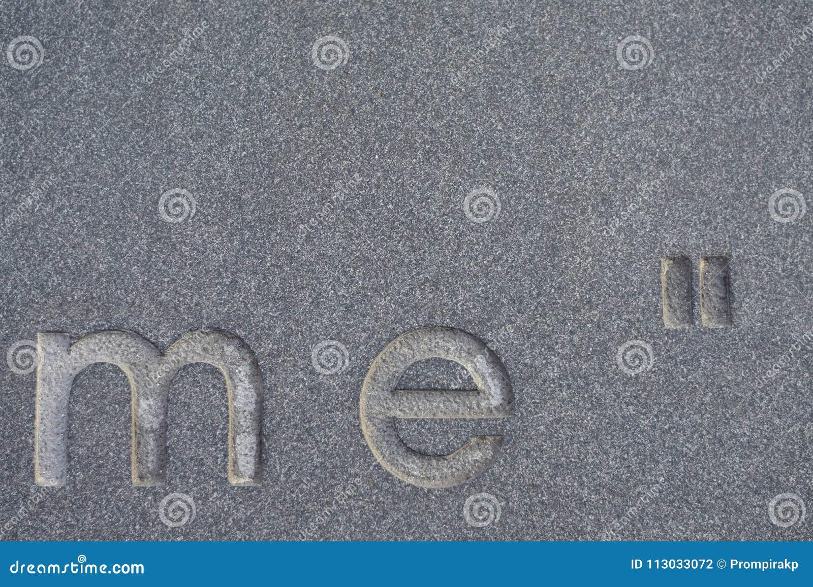 El alfabeto en el piso de mármol concreto