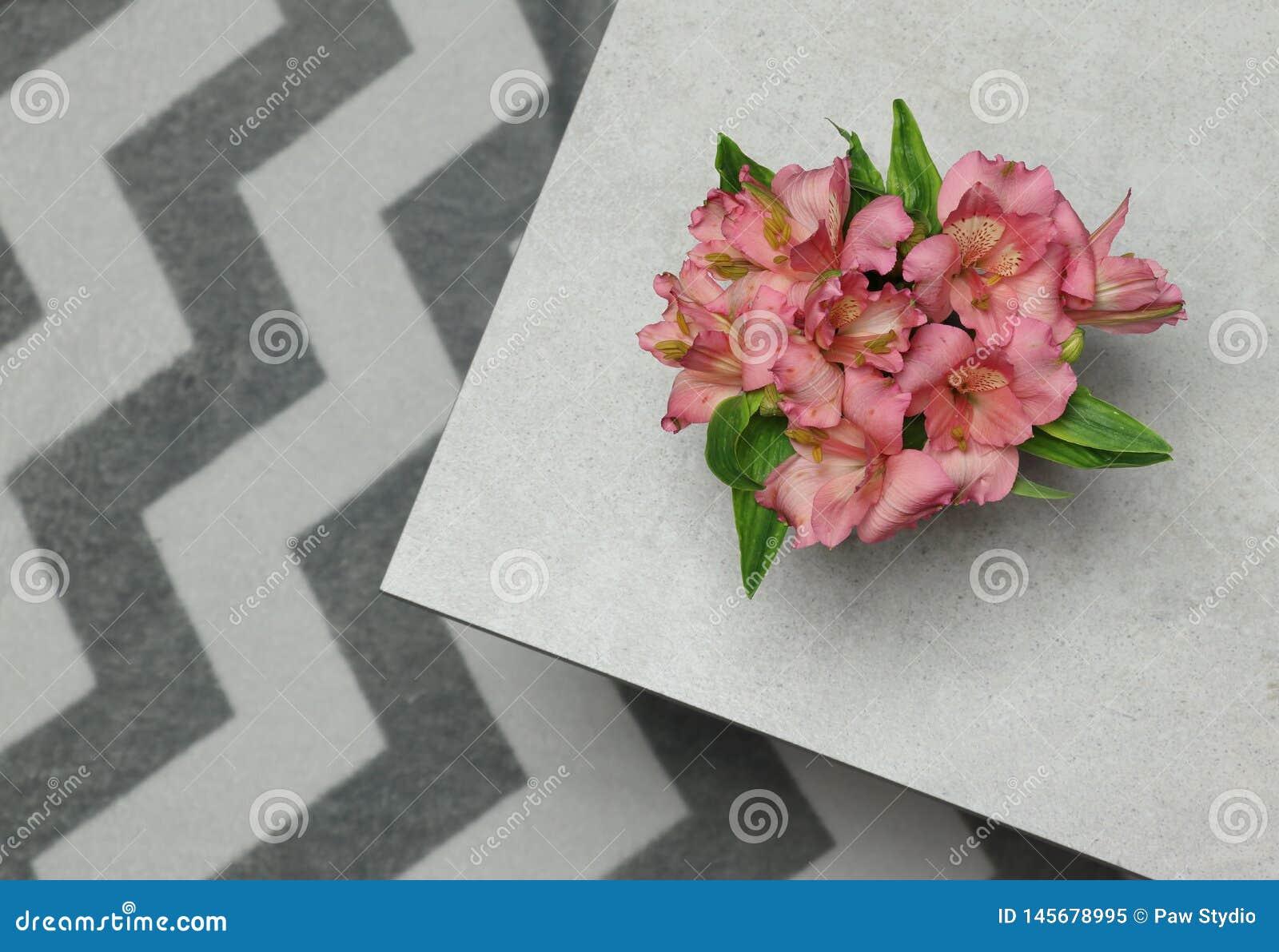 El alstroemeria fresco de las flores del ramo colocó