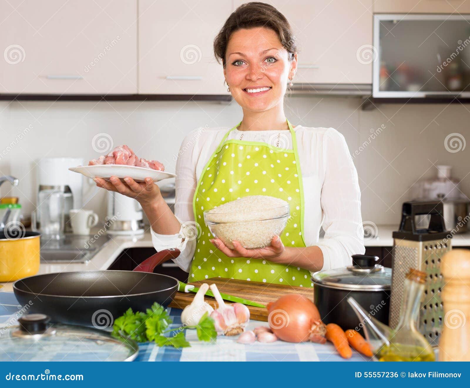 El ama de casa cocina el arroz con la carne foto de for La cocina en casa