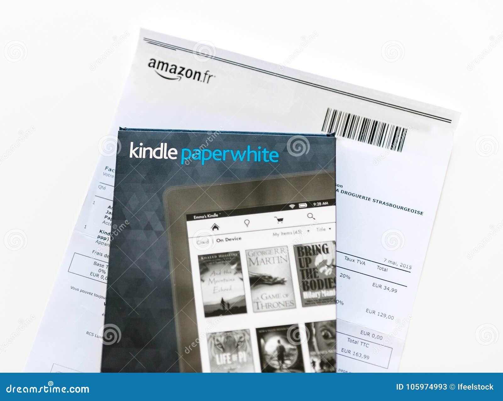 El Amazonas Kindle Paperwhite y cubierta de cuero de la protección en el whi