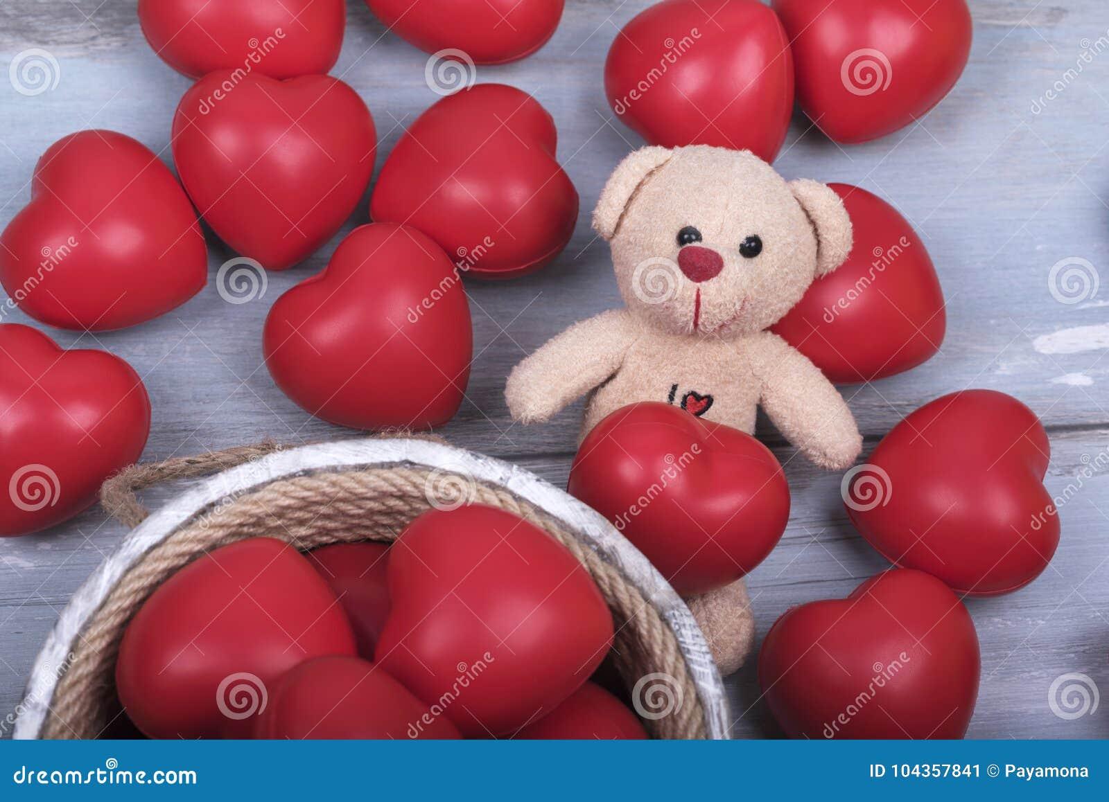 El amor rojo del día de Teddy Bear Wooden Bucket Valentines de los corazones celebra junto para siempre la sorpresa del aniversar