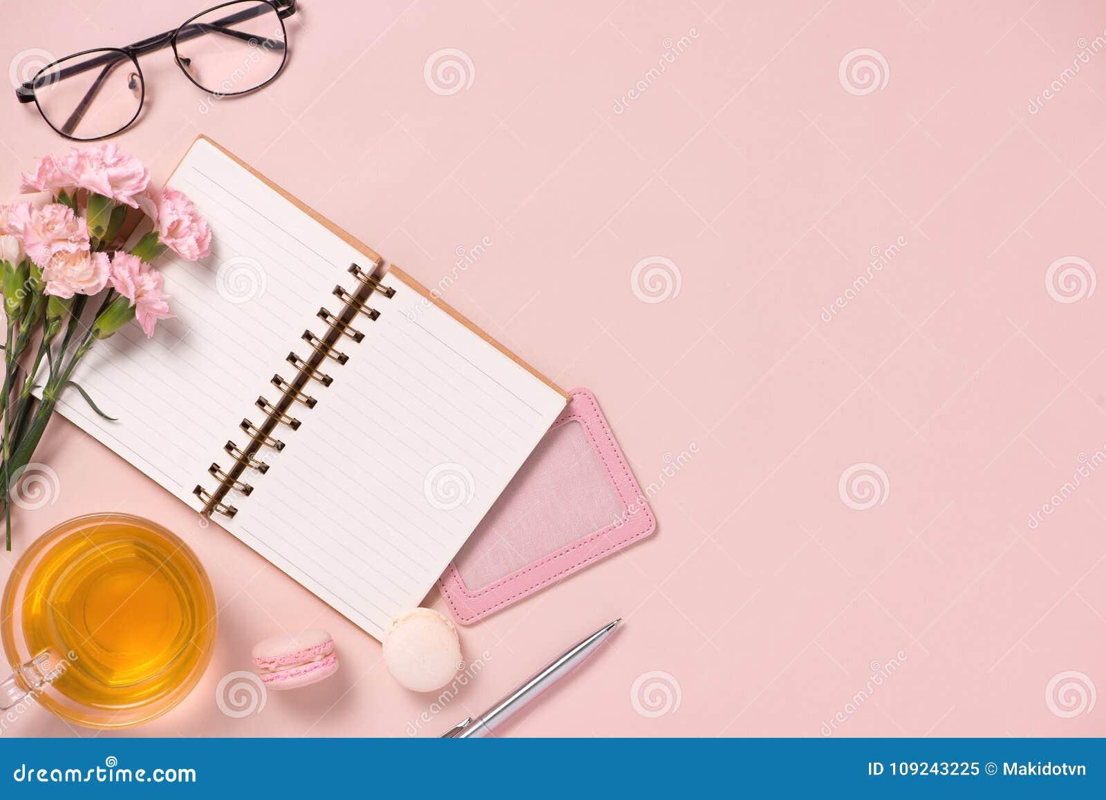El anf del cuaderno de la visión superior florece en la mesa Para casarse el plann