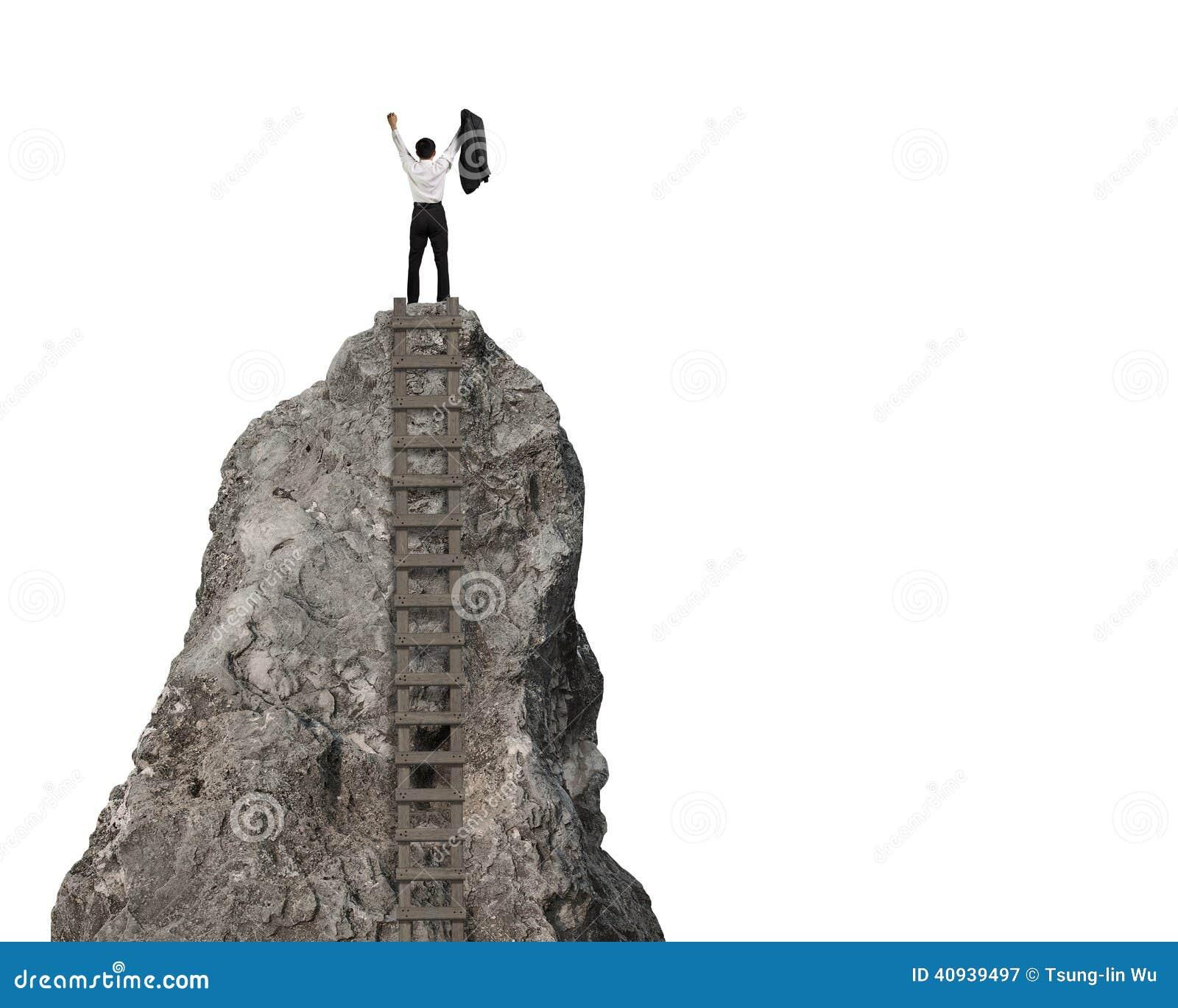 El animar encima de la colina rocosa