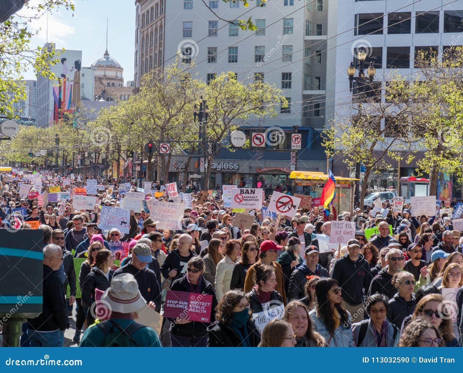 El Anti-arma y los manifestantes anti-NRA en marzo por nuestras vidas se reúnen en S