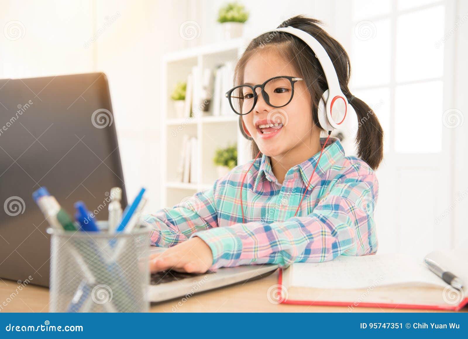 El aprendizaje electrónico da a niños preescolares estudio perfecto