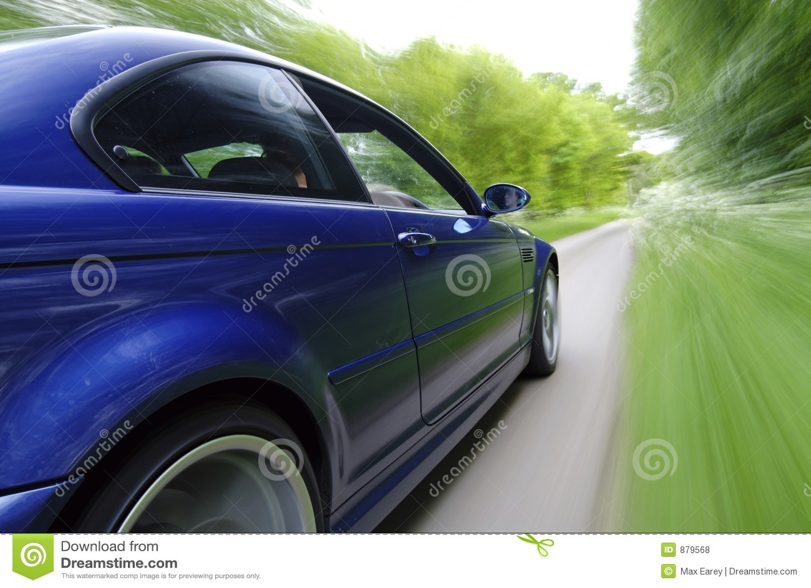 El apresurar azul del coche