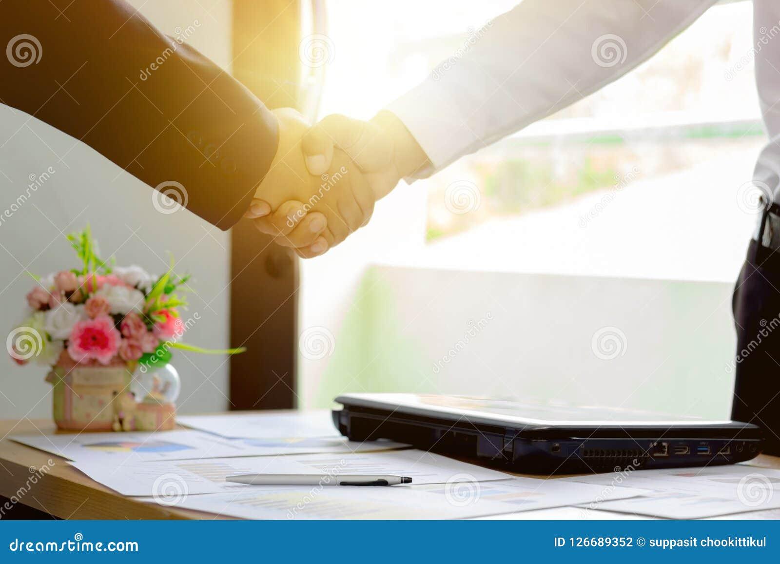 El apretón de manos del hombre de negocios, alrededor con el trabajo, feliz con éxito acordó trabajar, márketing de negocio del a