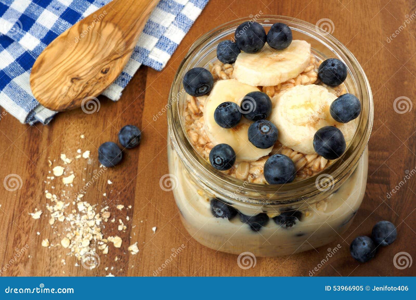 El arándano y el plátano desayunan harina de avena de noche en tarro de albañil
