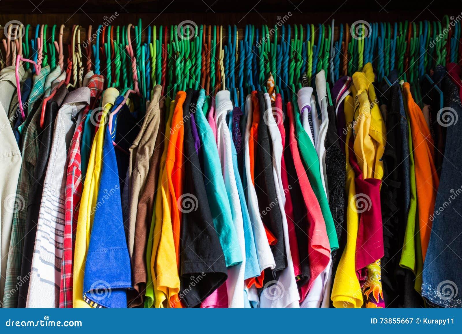 el armario sucio sobrellen con ropa colorida de la mujer en