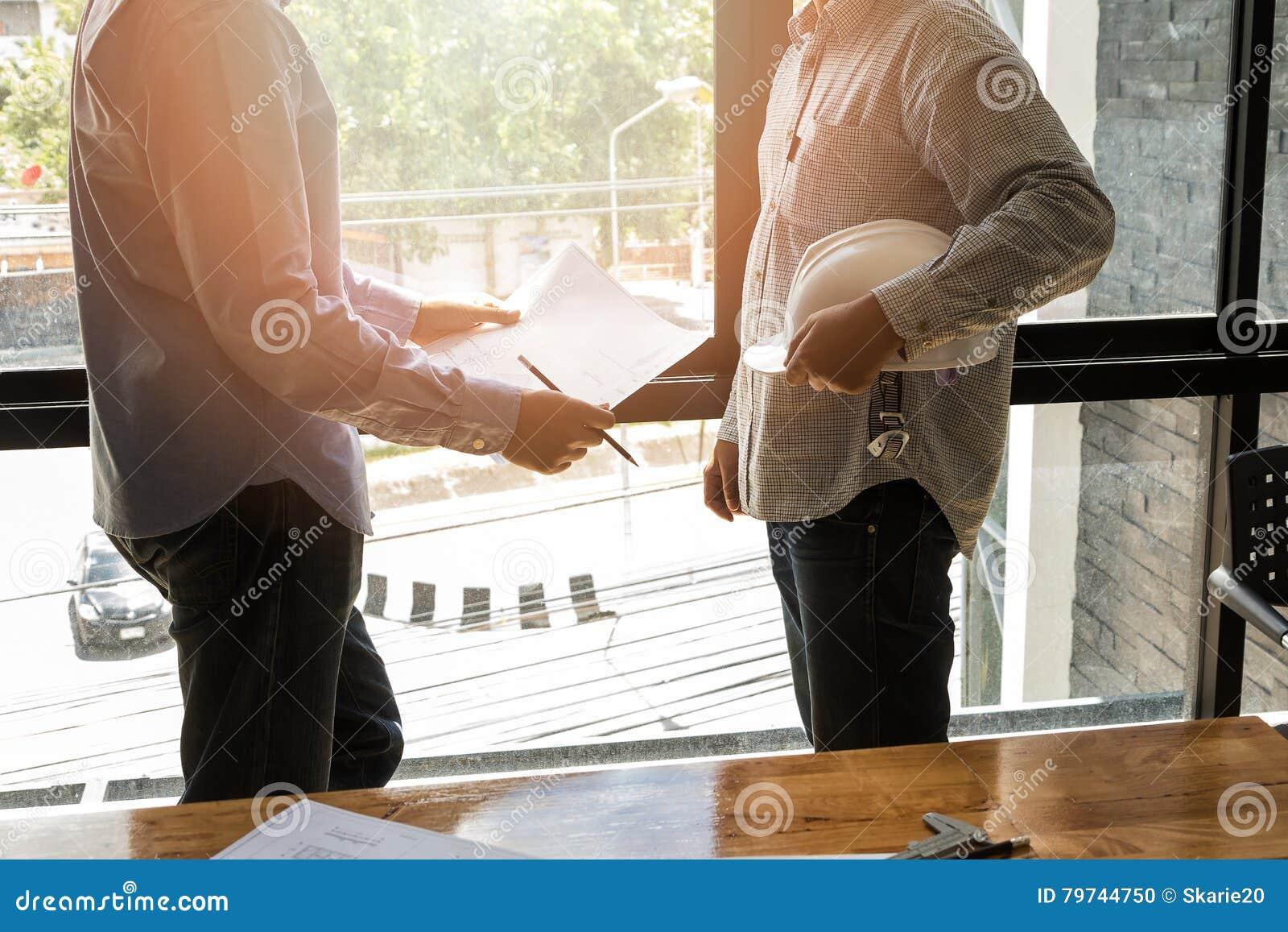 El arquitecto discute con el ingeniero sobre proyecto