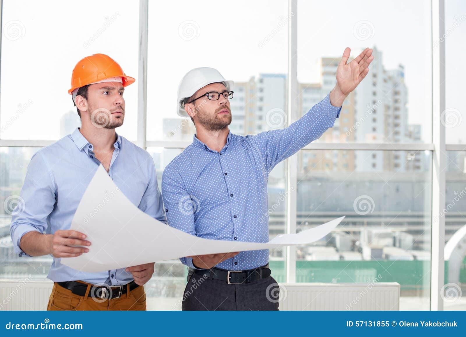 El arquitecto joven atractivo est explicando a imagen de for Todo para el arquitecto