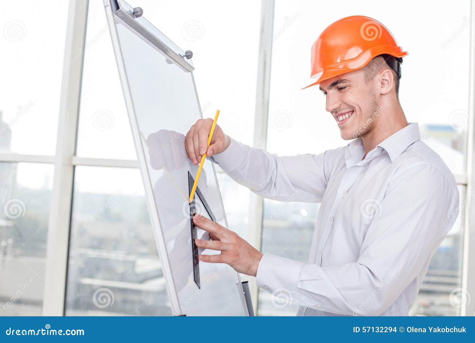 El arquitecto joven atractivo est trabajando en plan de for Trabajo de arquitecto