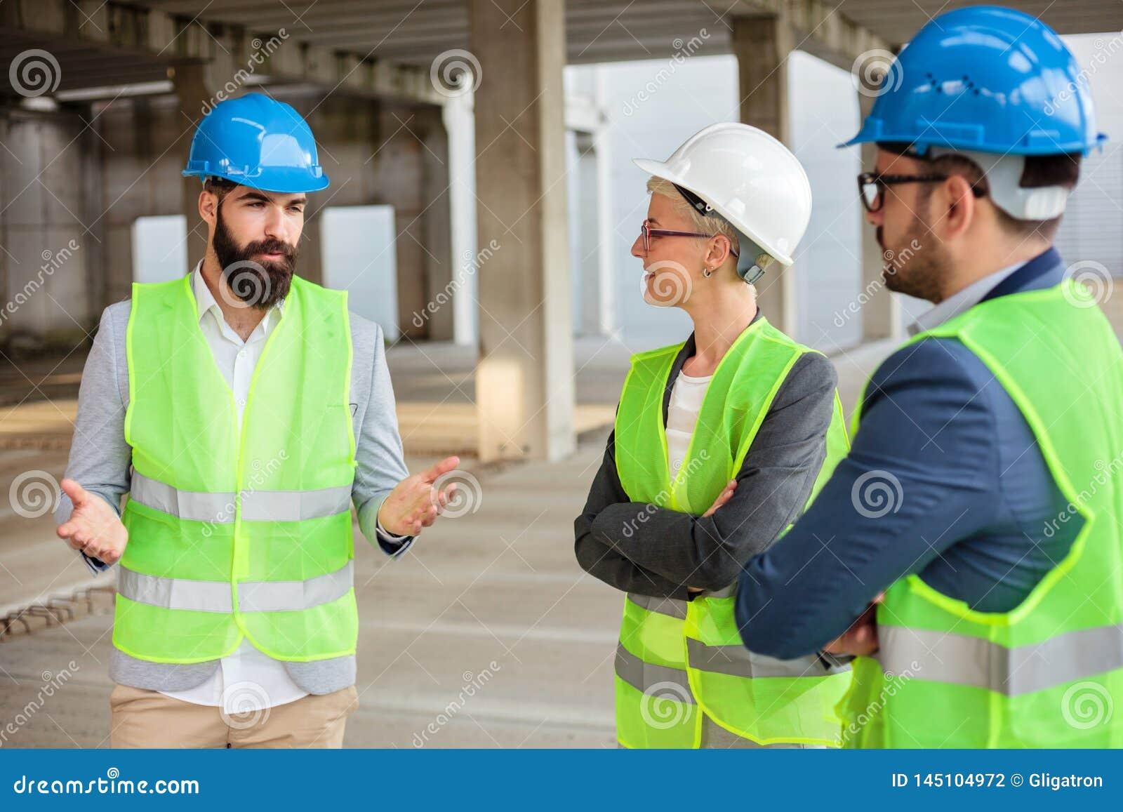 El arquitecto joven barbudo está explicando los detalles del proyecto y los planes futuros a sus colegas